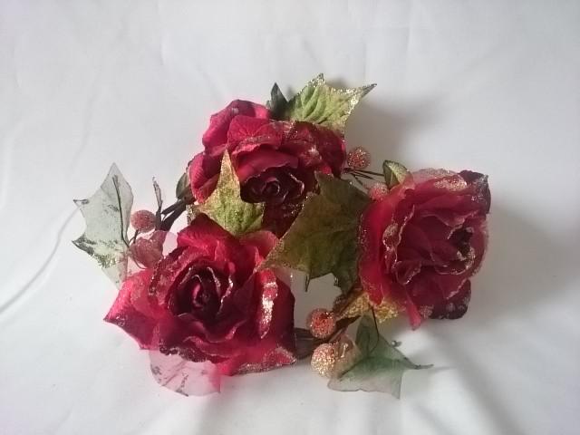 Венок декоративный из роз, 30 см, красный.