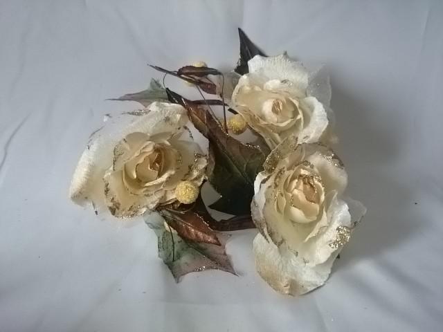 Венок декоративный из роз, 30 см, белый с золотом.