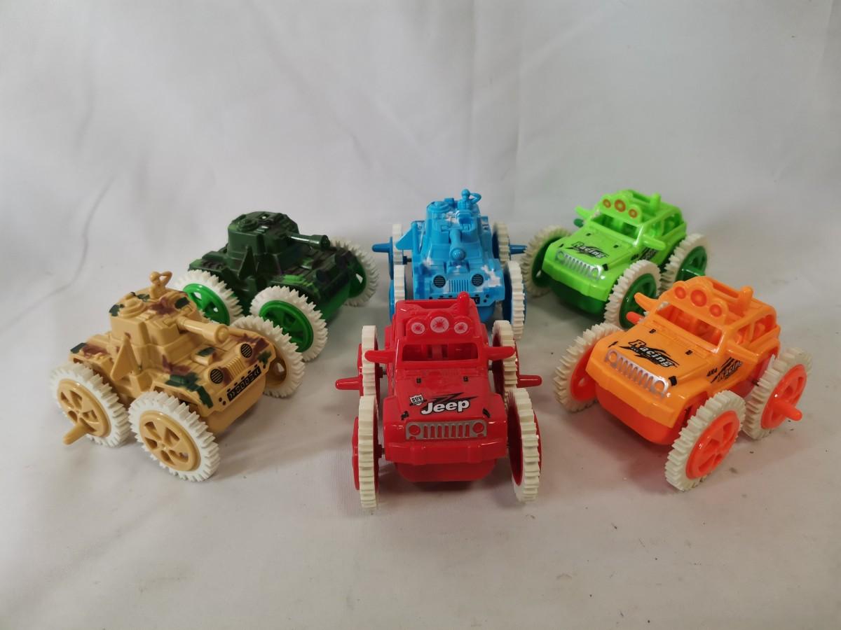 Танк, джип в ассортименте, 10*10*9 см, с большими шипованными колёсами.