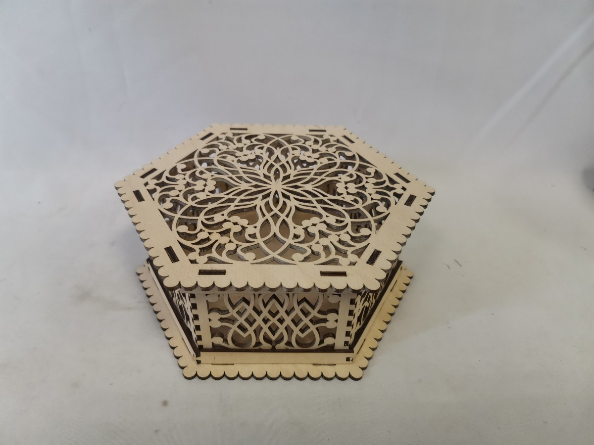 Шкатулка резная многоугольная, 16*7*0,3 см.