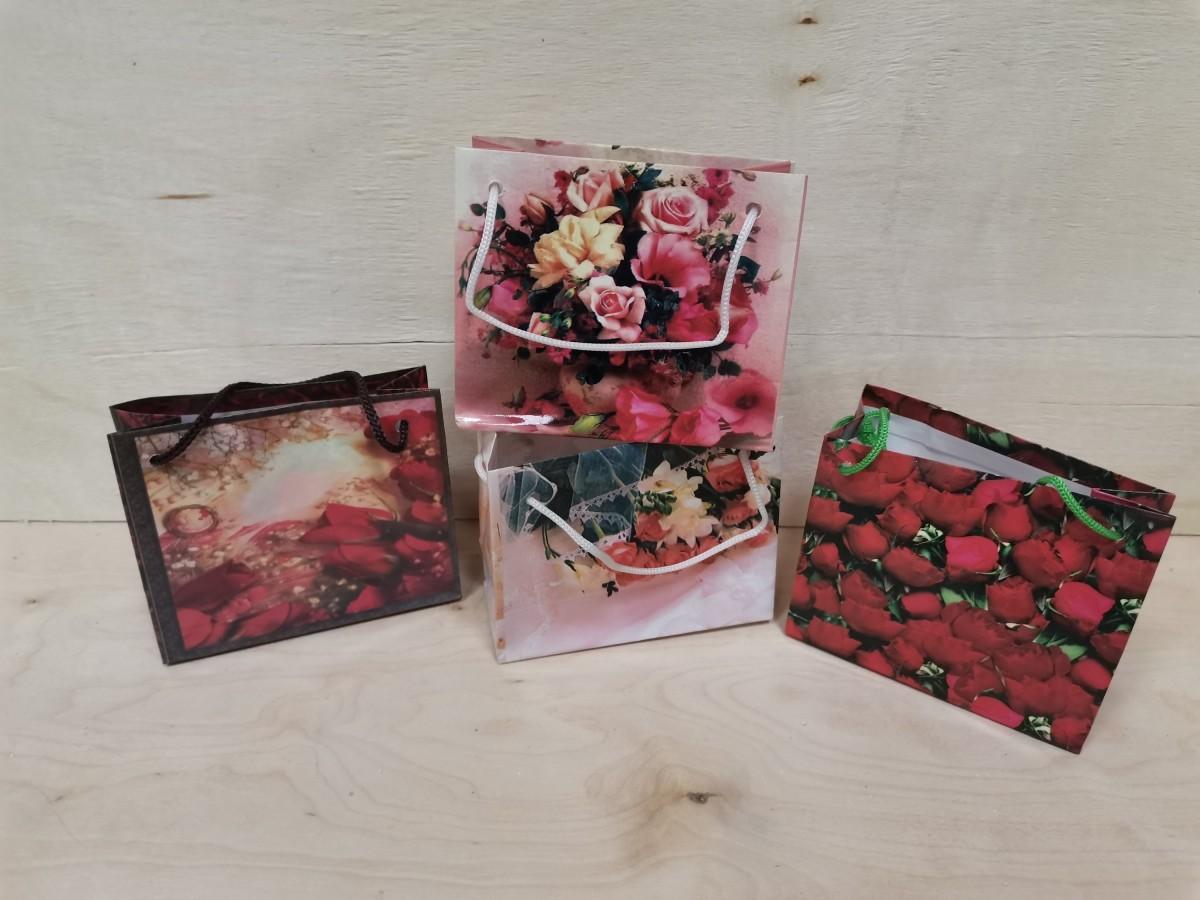 """Пакет подарочный с ручками """"Цветы"""" 11*9*5 см, бумага, цена за 1 штуку, цвет в ассортименте."""