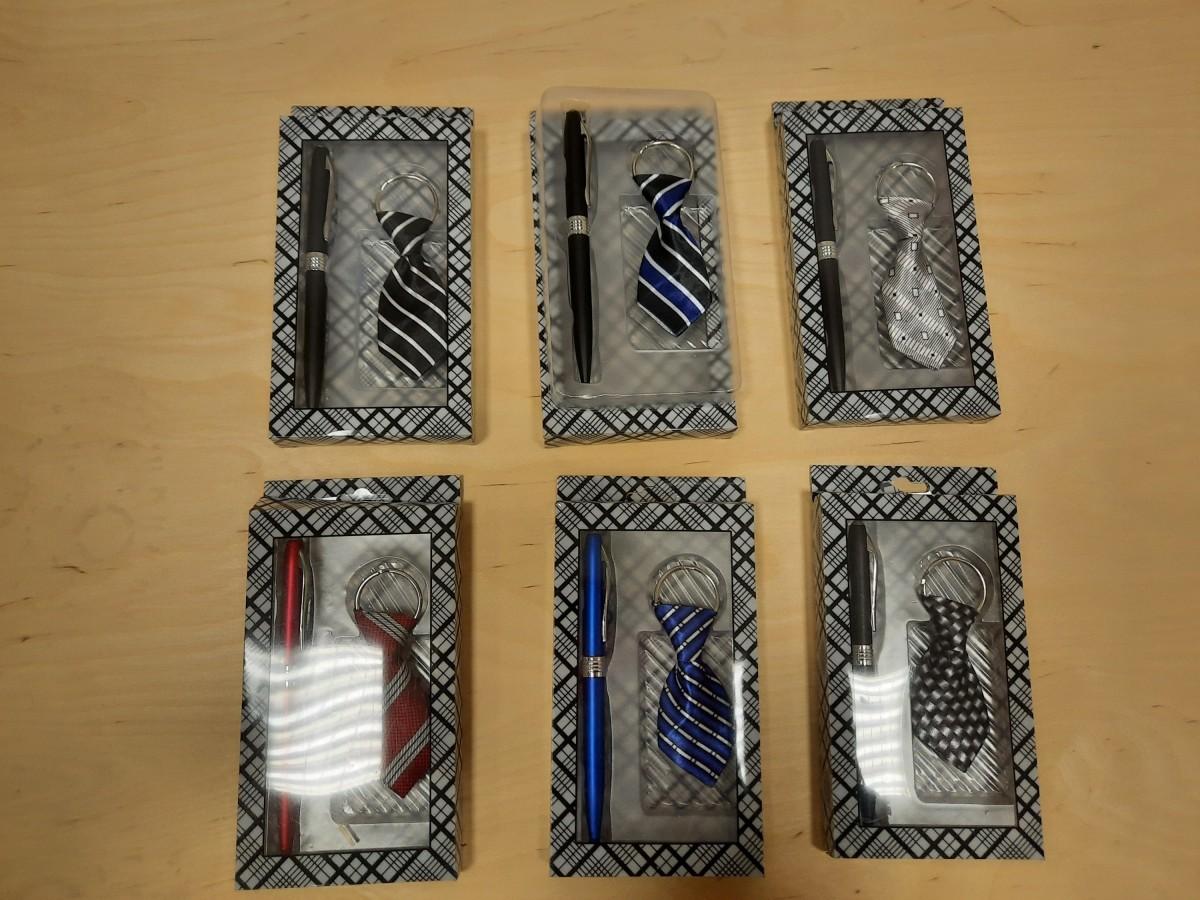 Набор из 2 предметов: брелок - галстук + ручка.