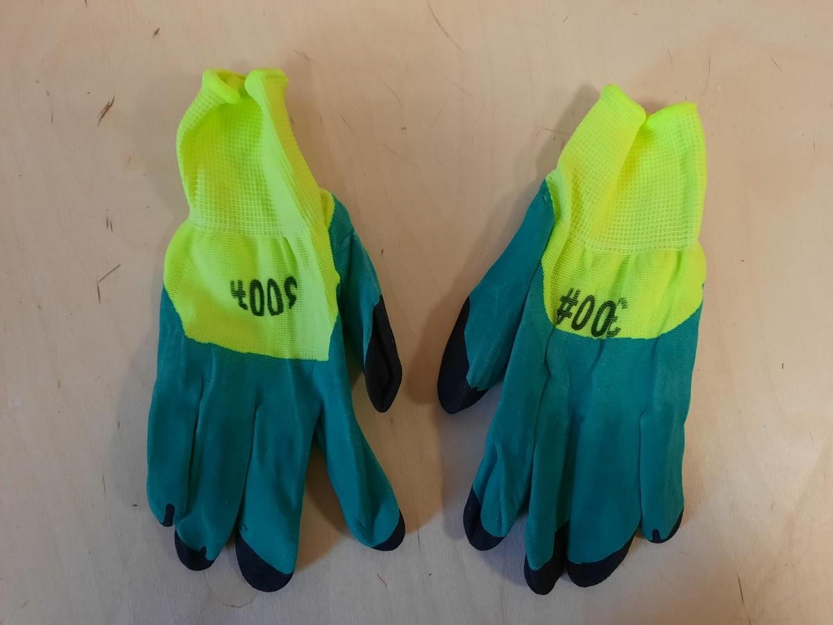 Перчатки хозяйственные, прорезиненные.