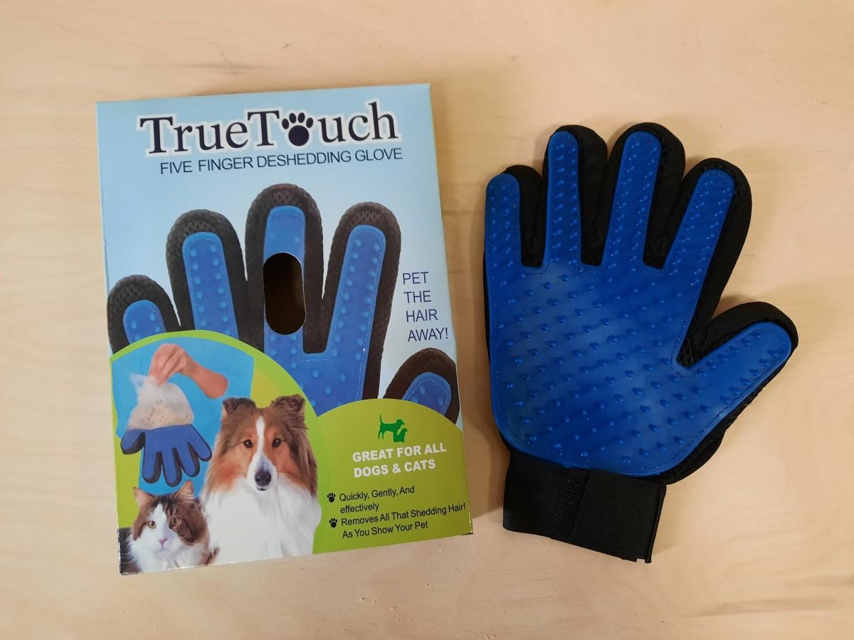 Перчатка для вычёсывания шерсти у животных.