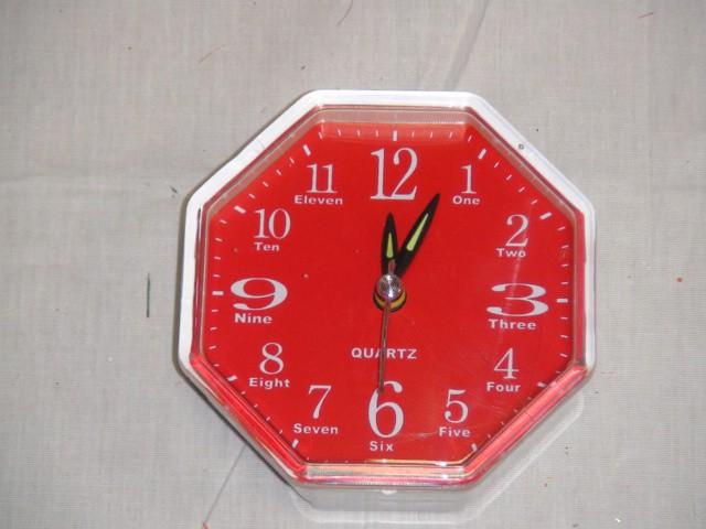 Будильник 9*9 см., красный, пластик