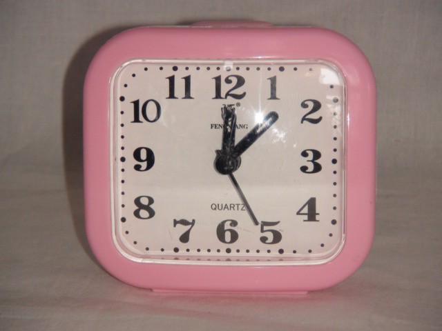 Будильник  на батарейках  9*8 см., пластик розовый